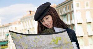 девушка турист путешествует в одиночку