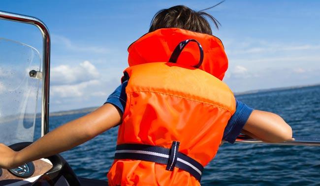 Безопасность на воде со спасательным жилетом