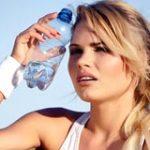 девушка с водой остывает от жары