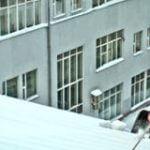 Безопасность при чистке снега с крыши