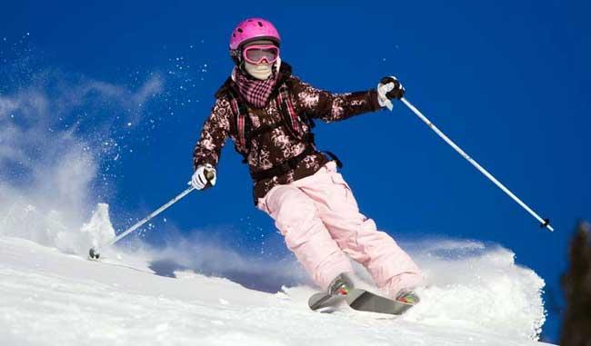 девушка катается на горных лыжах