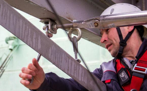 Установка и использование анкерных линий для обеспечения безопасности на высоте