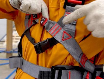 Визуальный осмотр страховочной привязи перед выполнением работ