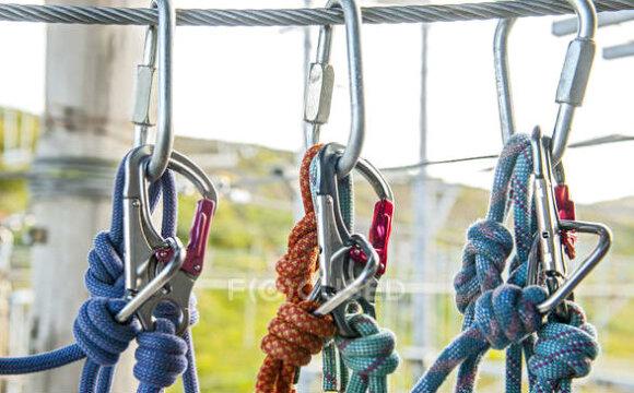 Как завязывать карабин при работе на высоте