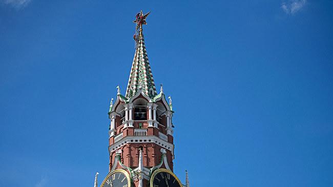 Монтажник на Спасской башне Кремля